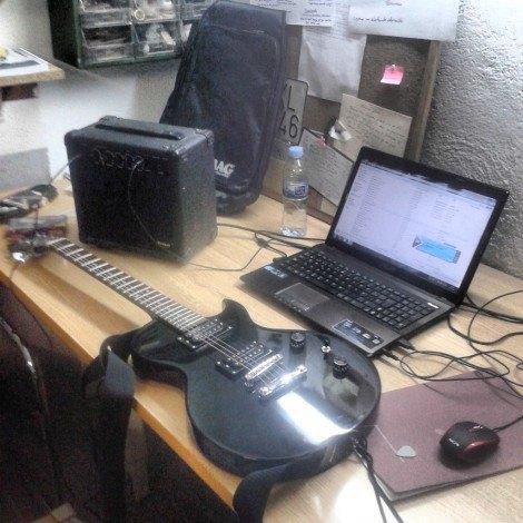 guitarra electrica y ordenador